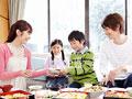 花見弁当を食べる親子の写真