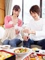 花見弁当を食べる夫婦の写真