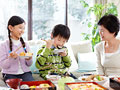 花見弁当を食べる祖母と孫の写真