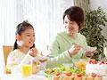 ちらし寿司を食べる父と娘の写真