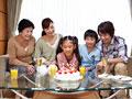 バースデーパーティーをする三世代家族の写真