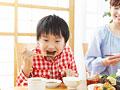 焼き肉を食べる母と息子の写真