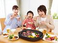 焼き肉を食べる親子の写真