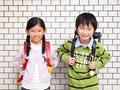 笑顔の小学生の写真