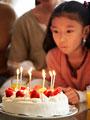 バースデーケーキと少女の写真