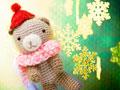 編みぐるみのクマと雪の結晶の写真