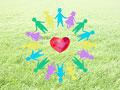 手をつなぐ子供たちの輪とハートの写真