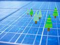 ソーラーパネルに木のミニチュアの写真