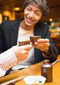 乾杯をする男性の写真