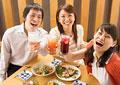 飲み会をする若者たちの写真