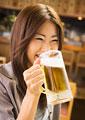 ビールを飲む女性の写真