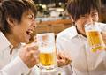 居酒屋でビールを飲む男性の写真