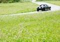 草原と車の写真