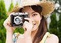 カメラを構える女性の写真