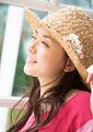 麦わら帽子を被った女性の写真