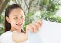 洗濯物を広げる女性の写真
