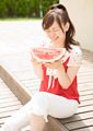 スイカを食べる女性の写真