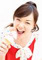 アイスクリームを食べる女性の写真