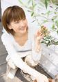 植物を見つめる女性の写真