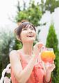 ジュースを飲む女性の写真