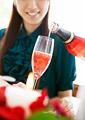 ロゼシャンパンと女性の写真