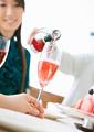シャンパンを注ぐの写真