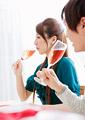 シャンパンを飲むカップルの写真