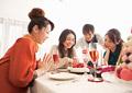 ホームパーティーをする若い男女の写真