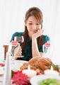 ワイングラスを持つ女性の写真