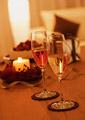 シャンパングラスとキャンドルの写真