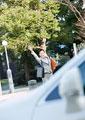 タクシーを止めようとするビジネスウーマンの写真