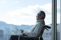 車椅子に座るシニアの男性の写真