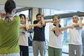 ストレッチ体操をするシニアの写真