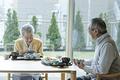 食事を摂る老夫婦の写真