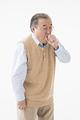 咳をするシニアの男性の写真