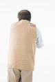 肩が痛むシニアの男性の写真