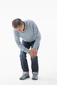 膝が痛むシニアの男性の写真
