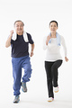 ジョギングをするシニアのカップルの写真