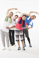ストレッチをするシニアの男女4人の写真