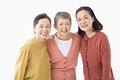 仲良しのシニアの女性3人の写真