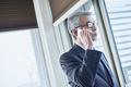 電話をかけるシニアのビジネスマンの写真