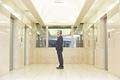 エレベーターを待つシニアのビジネスマンの写真
