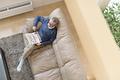 ソファーでくつろぐ年配の男性の写真