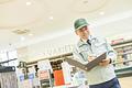 スーパーでマネージャーとして働くシニア男性(在庫管理)の写真