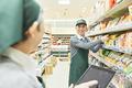 スーパーで働くシニアの男女(商品管理)の写真