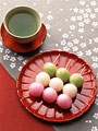 緑茶と三色だんごの写真